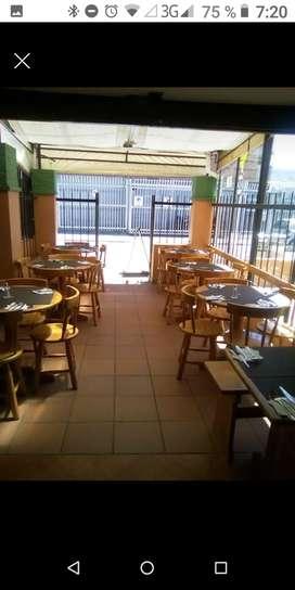 mesas y sillas de restaurante en pino