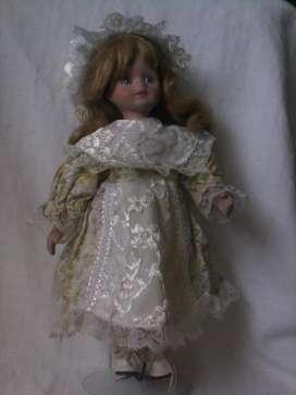Muñeca de porcelana antigua con soporte