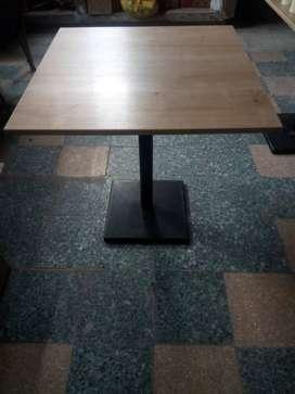 Mesas de melamine y metal con sillas de lona