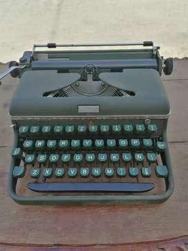 Antigua máquina de escribir halda suiza