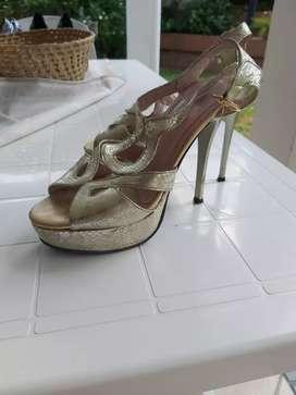 Vendo zapatos con detalle!