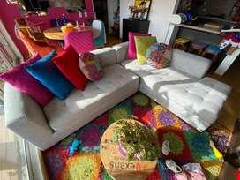 Sofa en L, tapizado en tela y patas de madera