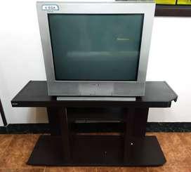 Televisor Sony WEGA y mesa.