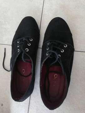 Zapatos de gamuza negros usados, con muy poco uso.