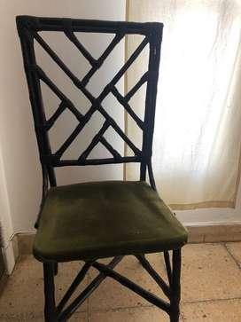 Mesa y sillas de caña