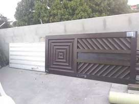 Puerta de aluminio+puerta galvanizada+listones