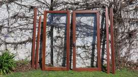 Hojas de ventana de cedro con fallebas en bronce y reja