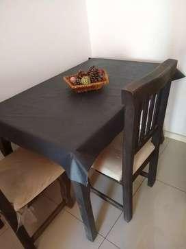 Mesa con mantel. Y dos sillas de regalo