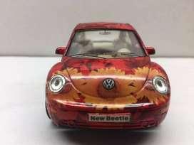 VOLKSWAGEN NEW BEETLE.   Kinsmart Volkswagen New Beetle color rojo decorado.   Escala 1/32 metal fundido a presión, mode