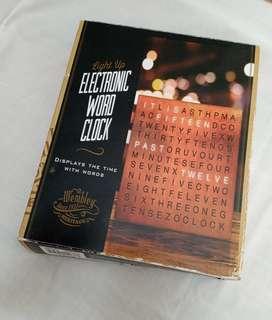 Reloj electrónico en letras
