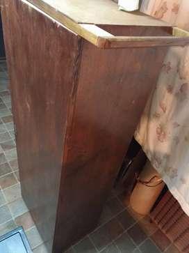 Ropero de una puerta con estantes