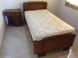 Cama sencilla y mesa de noche sin colchón
