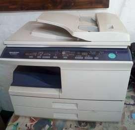 Fotocopiadora, 3 vitrinas, confitera, guillotina y telefax.