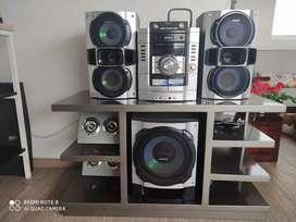 Equipo de sonido en muy buen estado, incluye el mueble