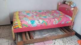 Hermosa cama infantil y cama auxiliar