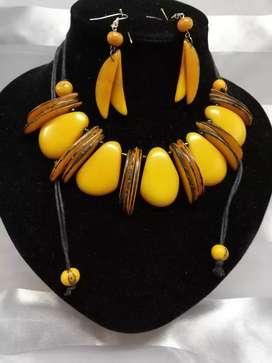 Bisuteria en tagua lote de 116 collares y otras piezas