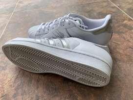Tennis Adidas deportivos super star blancos con plateado. Unisex. Super cómodos!