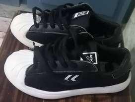 Zapatillas Atomik color negro y blanco. Numero 36. Muy poco uso. Excelente estado.