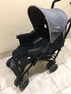 Cochecito color gris y negro con cinturon de seguridad