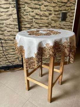 Mesita de madera con mantel