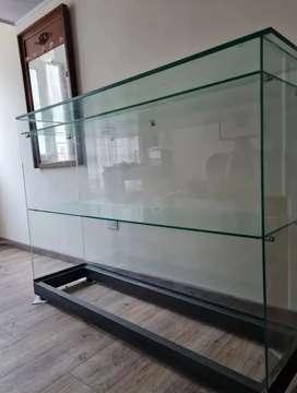 Vitrina de vidrio con dos entrepaños