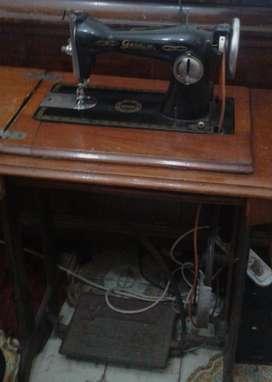 Maquina de coser GARDINI en mueble con pedal