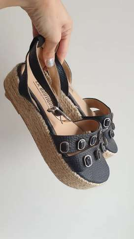 Sandalias negras cuero y tachas