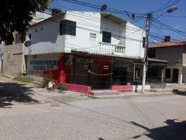 Se vende casa de dos pisos, ubicada en av principal, vía Unimag.