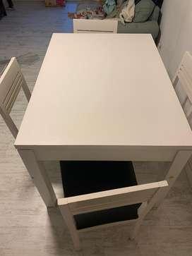 Mesa con 4 sillas exelente estado