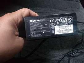 Vendo cargador Toshiba