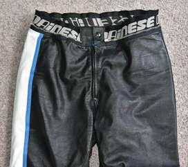Pantalon en cuero para motociclista marca Dainese talla 32-34..