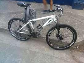 Vendo bicicleta en excelente estado tenedor nuevo llantas melas mandabas de alto vuelo todo ful