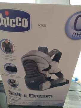 Cargador de bebé gris con negro marca Chicco