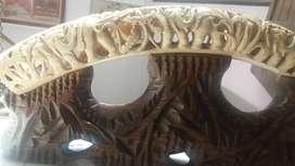 Arte colmillo tallado con base en madera