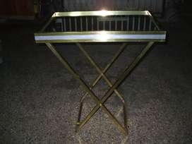 mesa de cortesia de bronce y platil con base de espejo.70 x45 80 de alto