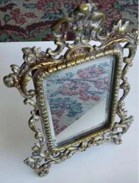 Espejo de mesa antiguo en bronce labrado. 20 cm x 15 cm.