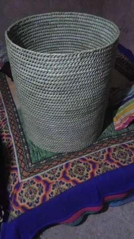 Canasto para la ropa hecho de hoja de palmera