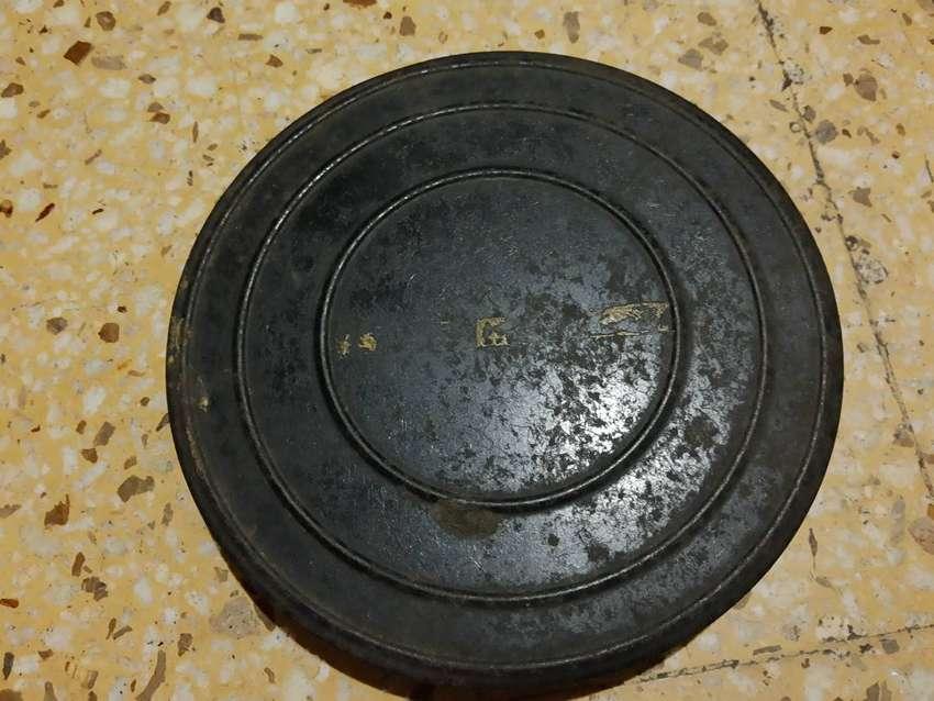 Lata de pelicula con cinta quemada dentro. 0