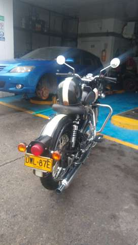Royal Enfield classic 350. Con casco marca bandido personalizado