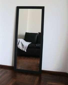 Espejo con marco de madera en negro
