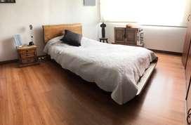 Juego de Alcoba. Incluye cama, mesa de noche y baúl
