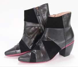 Botas negras en cuero diseño con cremallera en parte interna