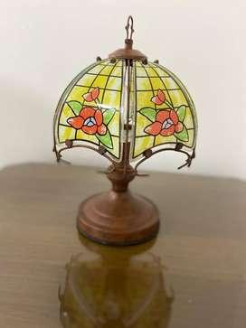 Lámpara estilo Tifany vintage / Lampara de mesa antigua con pantalla en vidrio