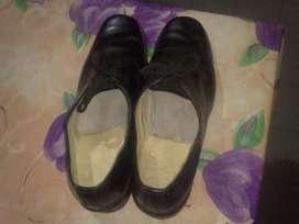 Dos pares de zapatos de cuero