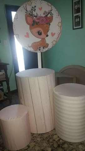 Alquiler de 3 mesas circulares y panel para cumpleaños