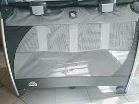 Cuna Joie full excursion. Con cambiador y mecedor + colchón (95x60 cm) nuevo sin uso.
