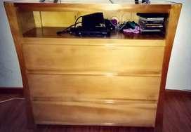 Mueble en madera para ropa y televisor