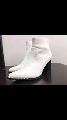 Se venden botines de cuero blancas