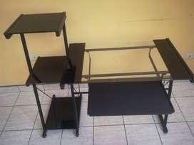 Vendo; Escritorio con mesa de vidrio y bandeja de teclado, con estante lateral de 3 repisas - De segunda.