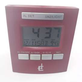 Radio reloj despertador con temperatura a pilas.